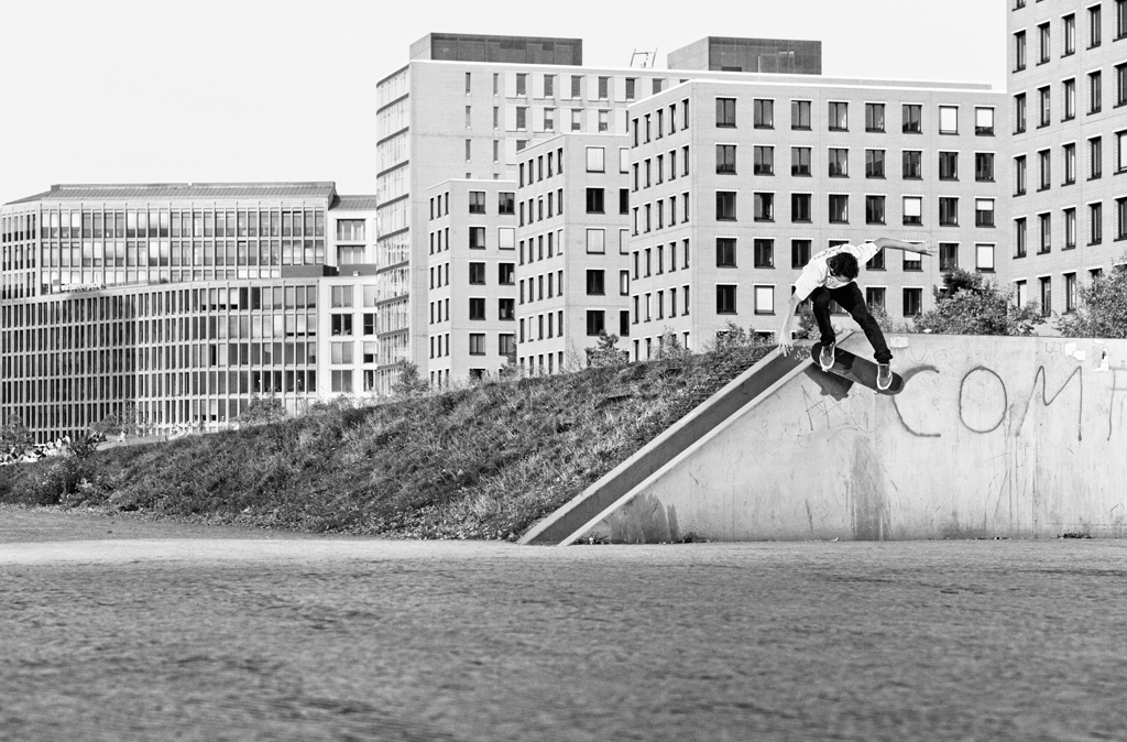 Bastien_Duverdier_Fifty_Up_Wallride_Down_Sharpened_AdobeRGB_7205_B&W